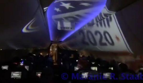 Egy járat kivetített Trump-bannerrel és dühödt utasokkal