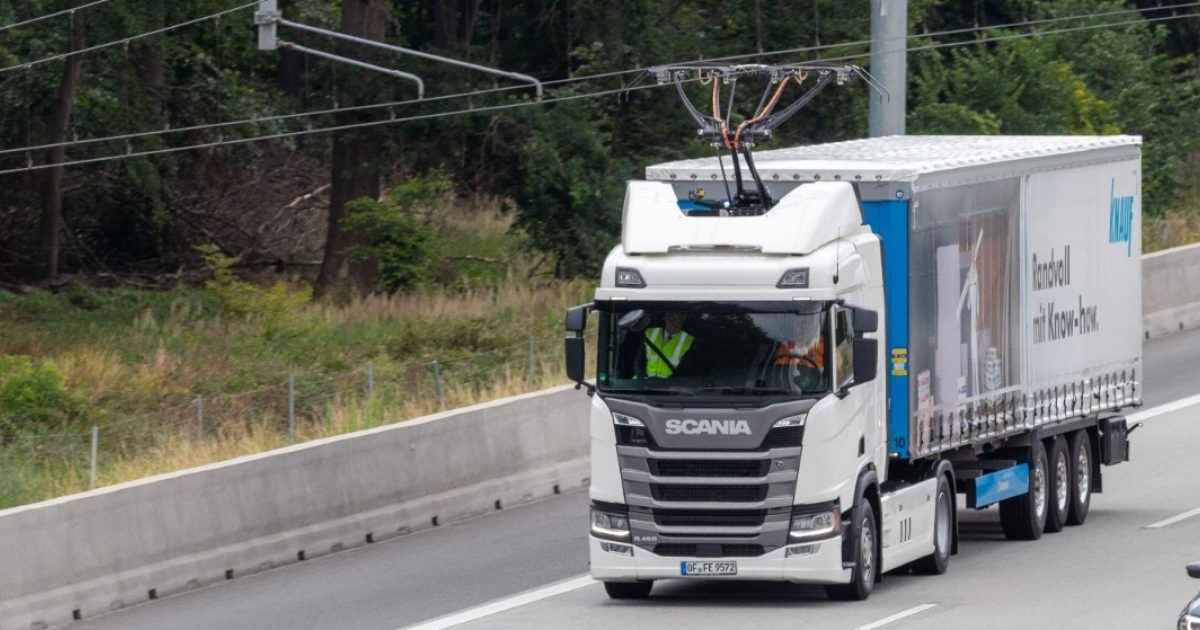 Scania hibrid nyerges vontató, autópályán csak felső vezetékről, mellékúton, ipartelepen dízel-hibridként