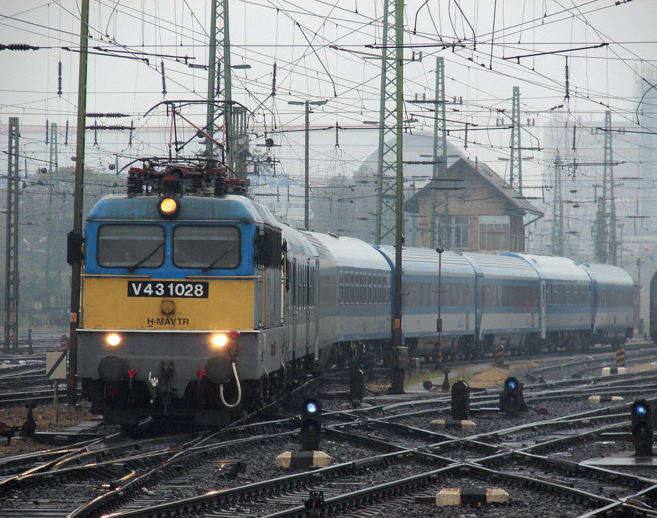 A Borsod intercityvel kígyózik ki a Keletiből 2009. szeptember 17-én a 1028-as Szili