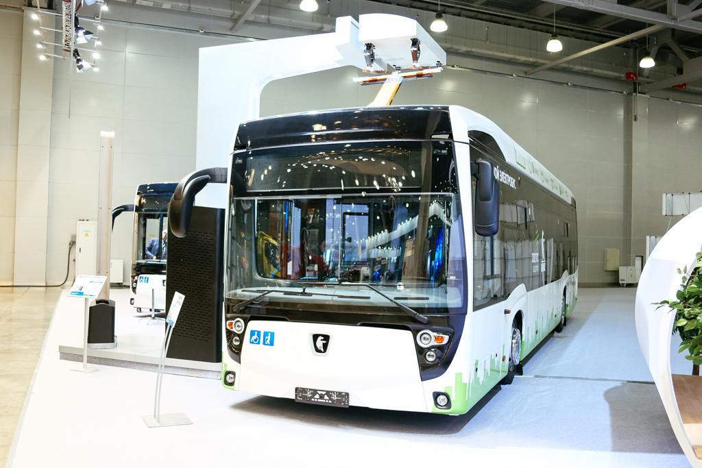 A tovább fejlesztett Kamaz-6282 városi busz, áramszedős gyorstöltéssel
