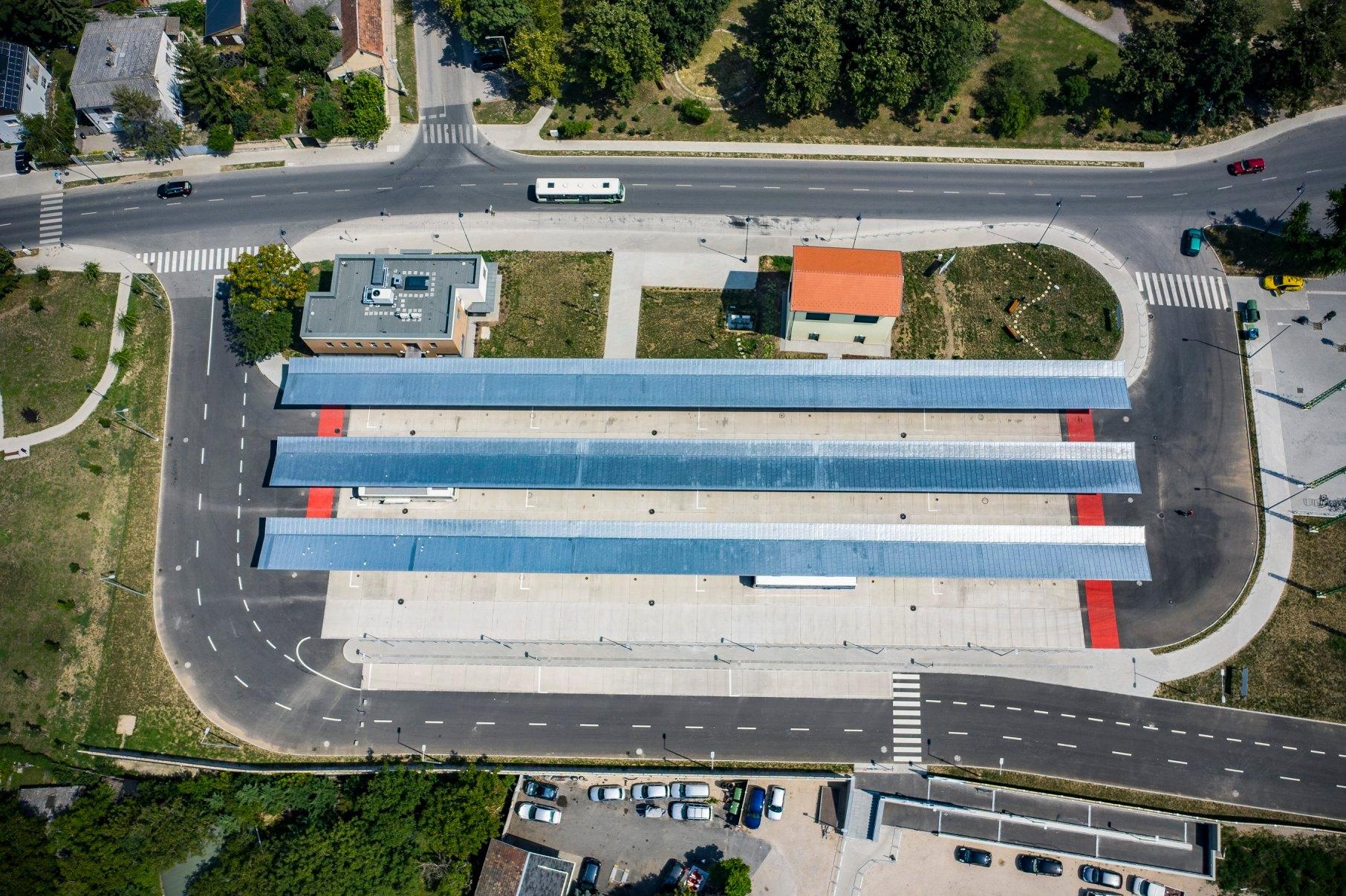 Elkészült és augusztus 20-ától használható is lesz Esztergom új buszpályaudvara, mely a szomszédságában található vasútállomással együtt intermodális csomópontként funkcionálhat (fotók: NIF Zrt.)