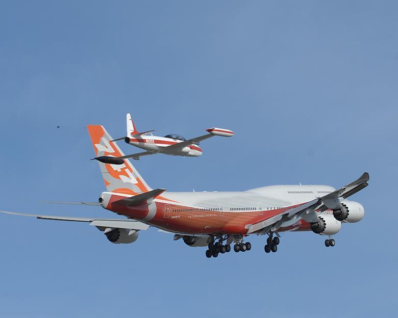 A kis kísérő és az óriási 747-8