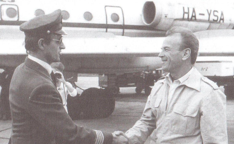 A legendás főpilóta, Fülöp András köszönti első útja után a gépparancsnokot