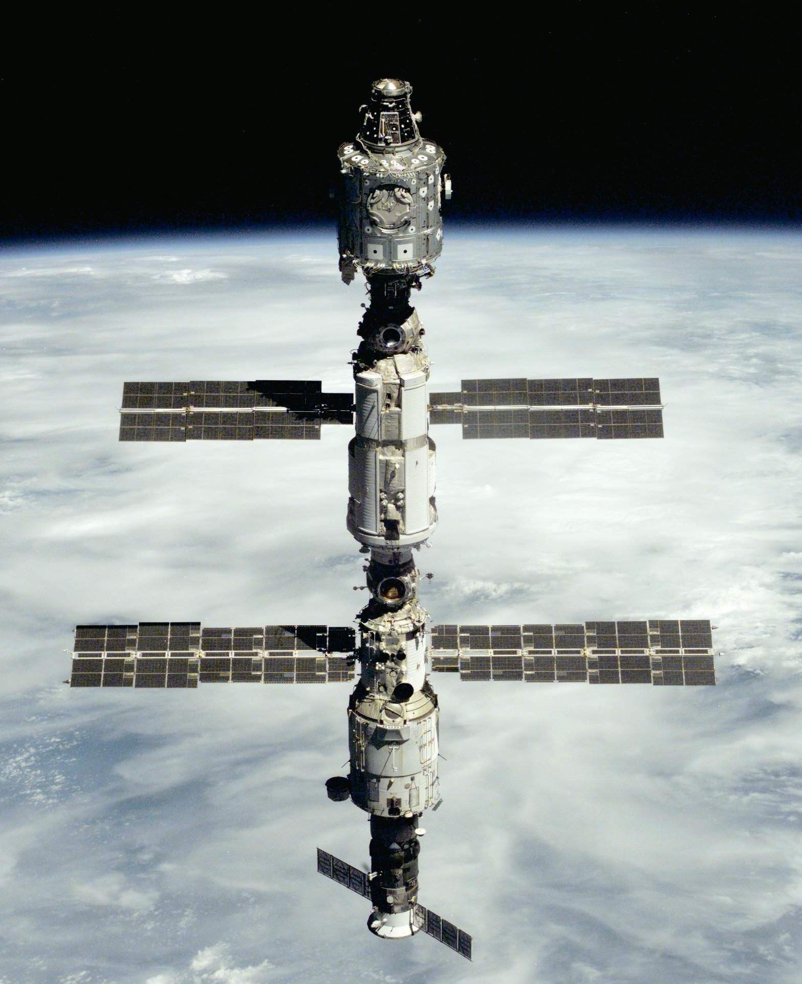 A Nemzetközi Űrállomás első korszaka: egy amerikai és két orosz modul