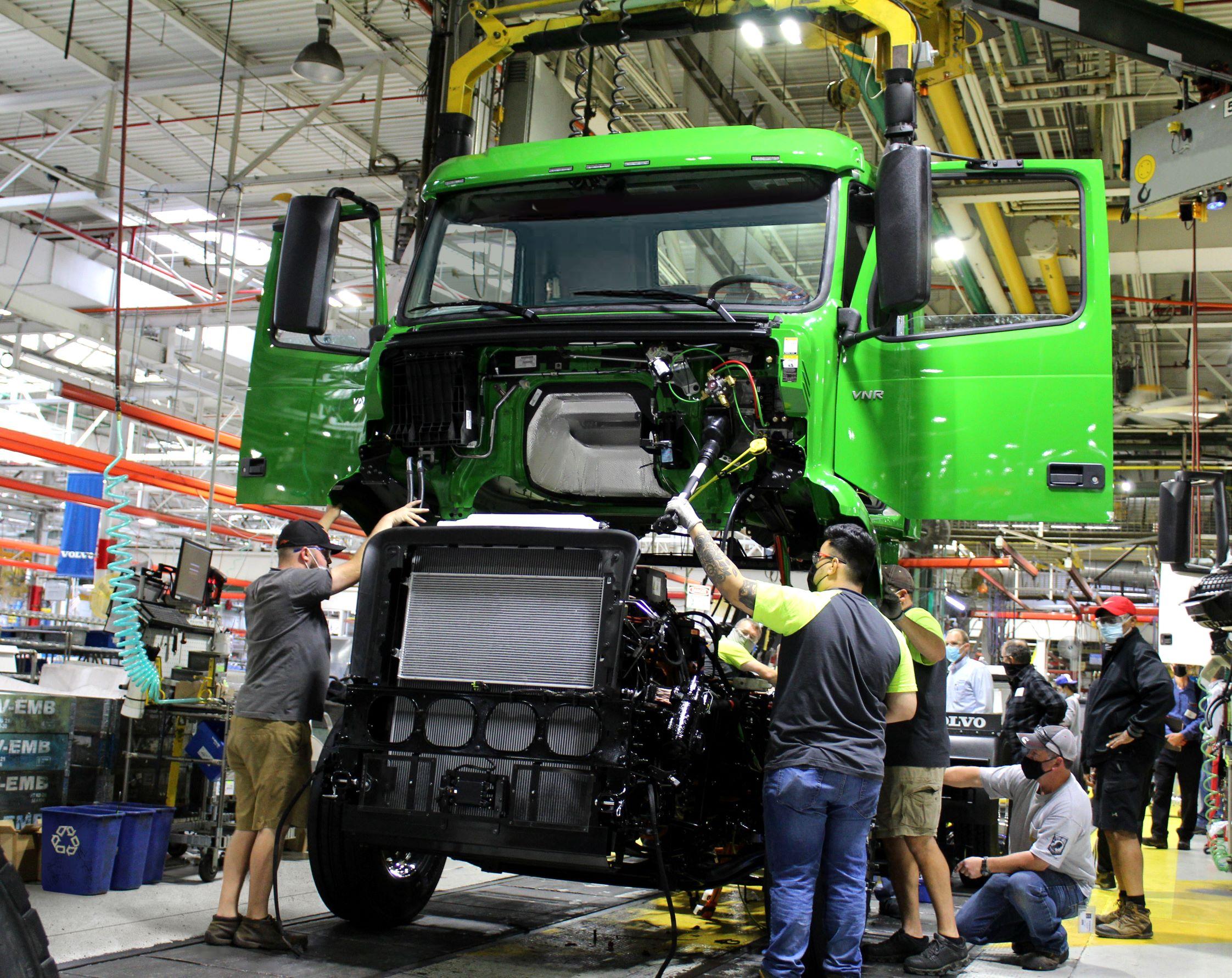 Volvo VNR elektromos nyerges vontató a gyártósoron