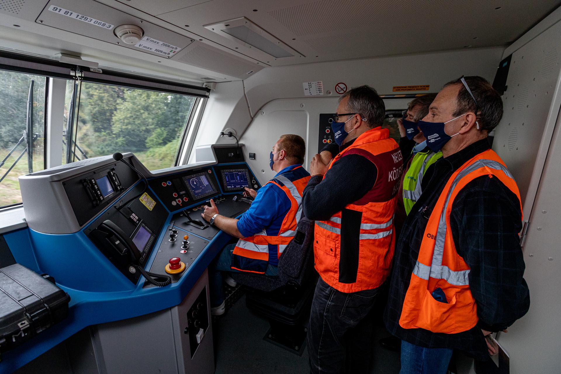Az ÖBB Vectronjai közül jelenleg már ötvenhatot használat Magyarországon a Rail Cargo Hungaria (fotó: Iró Zoltán, borítókép: Porpáczy Richard)