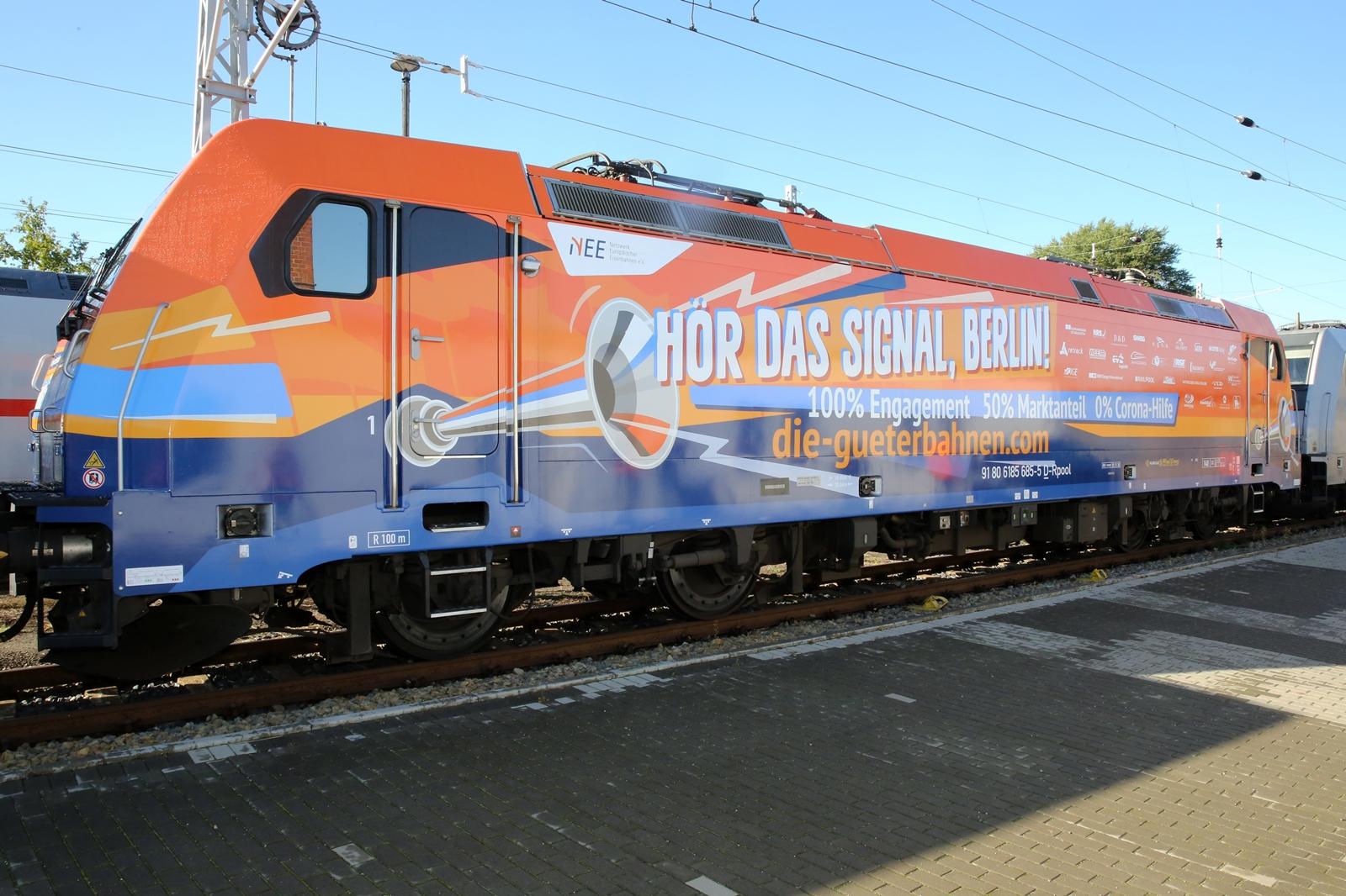 A figyelemfelkeltés érdekében egy mozdony matricát is kapott, melyen a német kormánynak üzentek (kép forrása: netzwerk-bahnen.de)