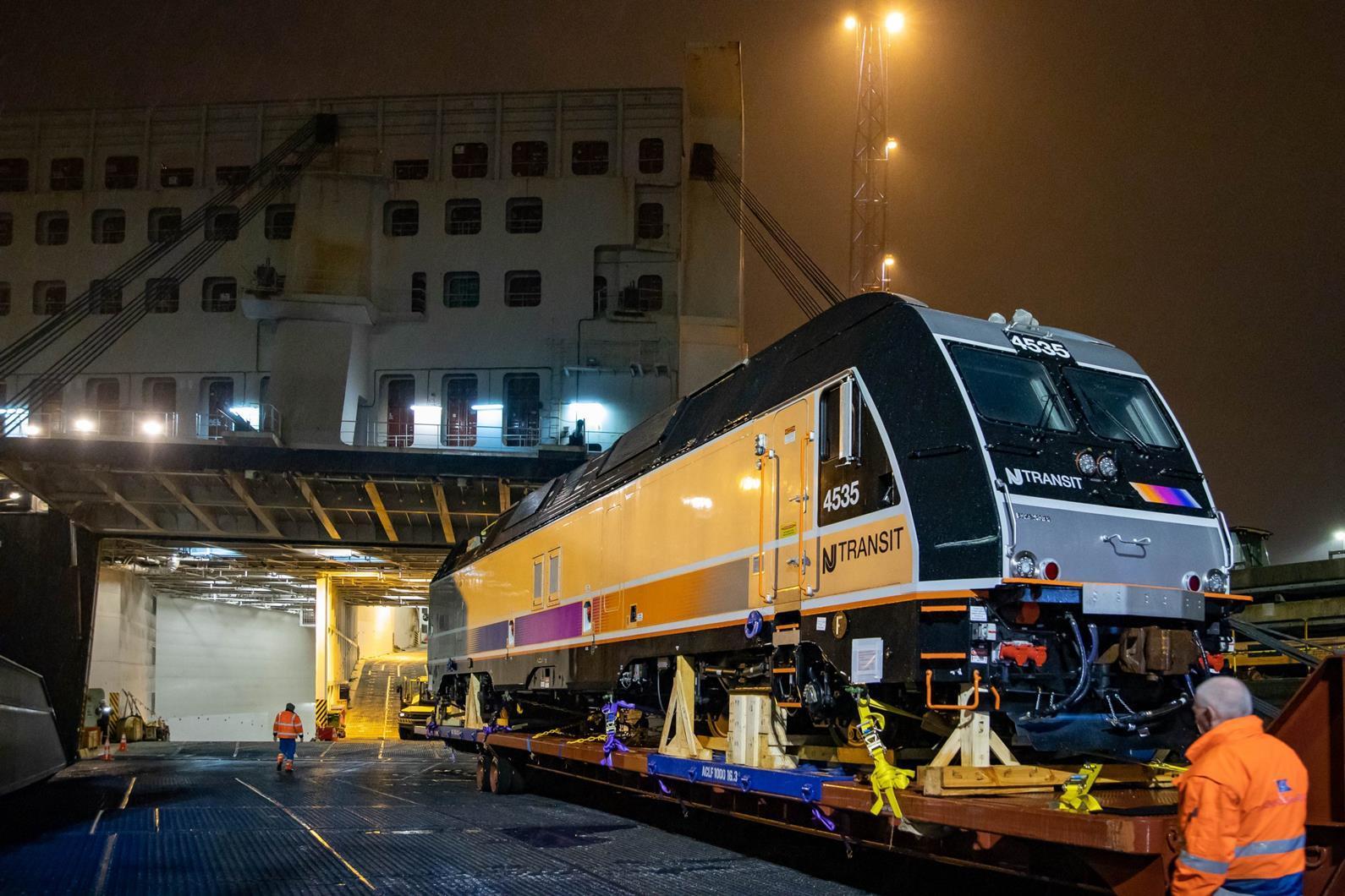 Az NJ Transit legújabb mozdonyainak szállítása igencsak összetett folyamat, a gépek közúton és hajón jutnak el Németországból az Egyesült Államokba (fotók forrása: Railway Gazette)