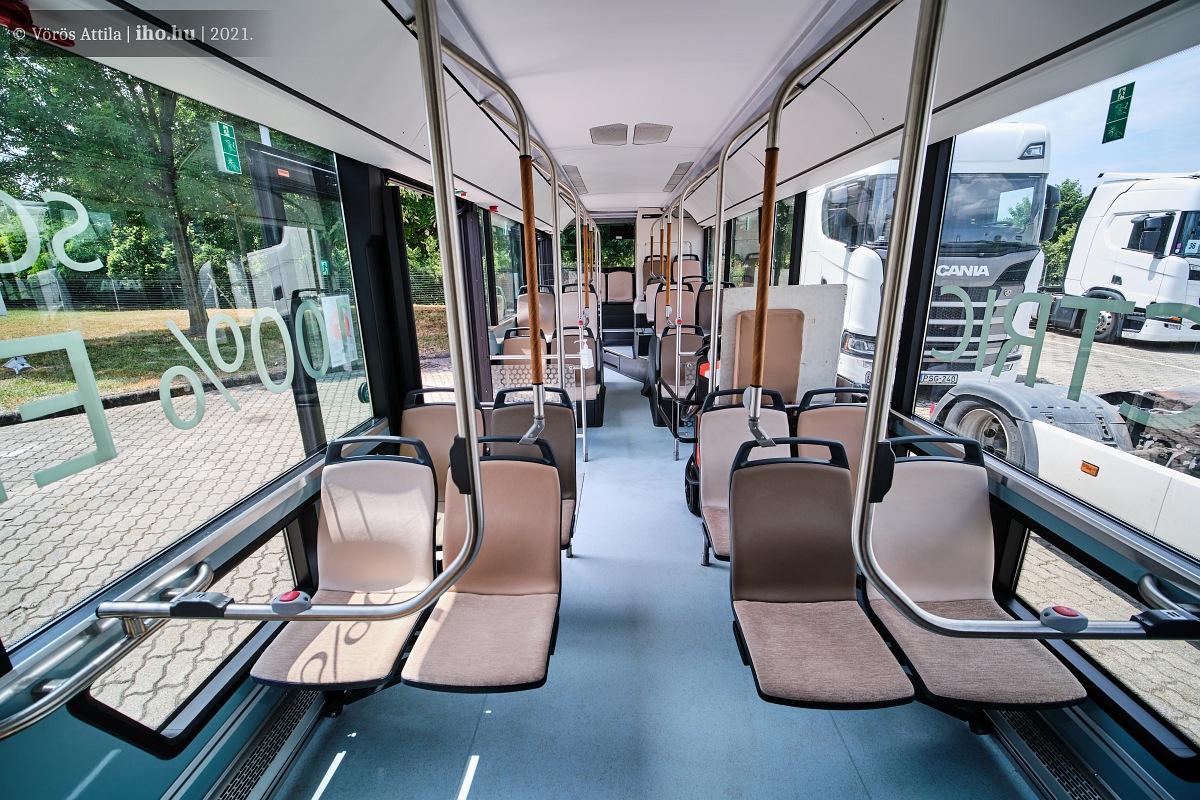 Az utastér gyakorlatilag dobogómentes, tágas, világos, tetszőlegesen variálható. Jópofa megoldás a kapaszkodókon a fa hatású betét