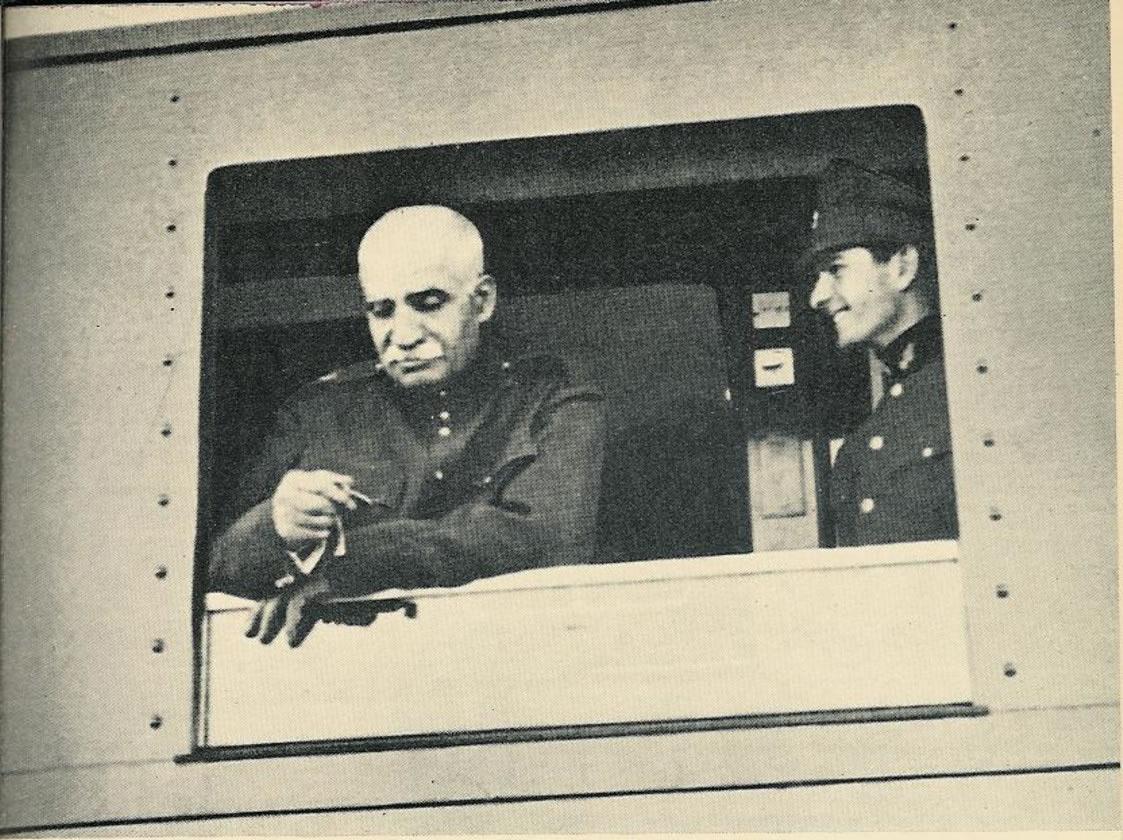 Az építtető Reza Pahlavi sah és trónörököse, a későbbi Mohammad Reza sah a még épülő vonalon méri a közlekedés sebességét (fotók, térkép: Wikipédia)