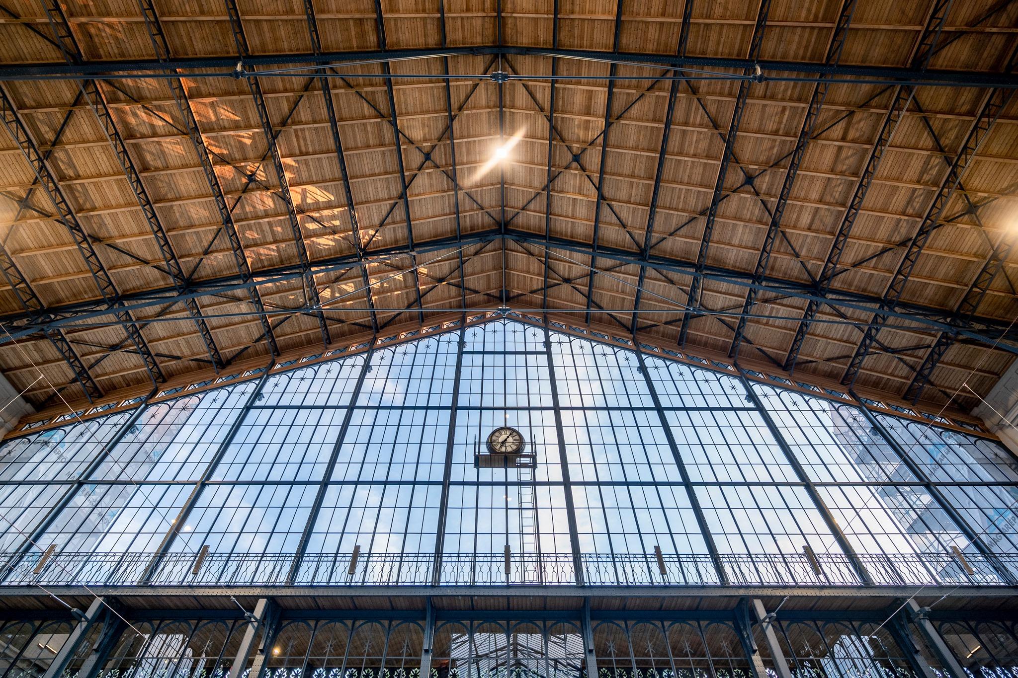 Teljesen megújult a csarnok tetőszerkezete, az egyéb felújítási munkálatok még jövő nyárig zajlanak