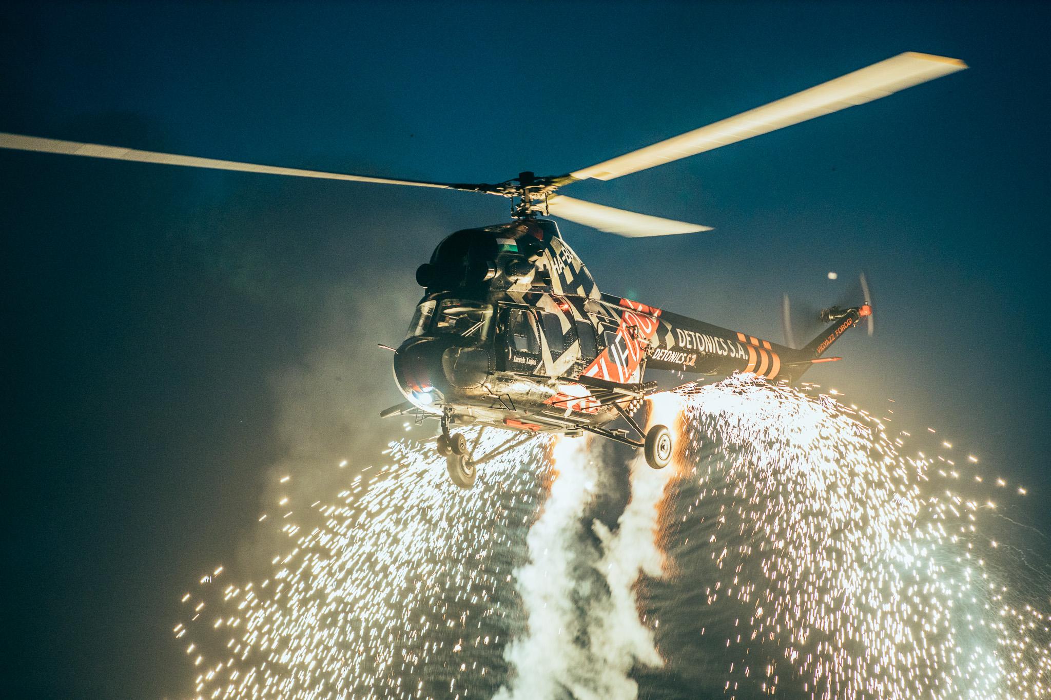 Imreh Lujó tűzijáték-Mi-2-ese (fotók: Szécsényi Barnabás)