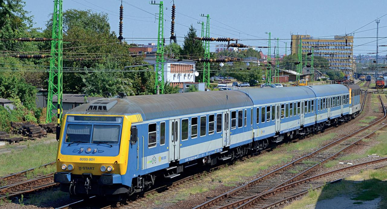 Pécs állomásról induló dombóvári személyvonat tárcsafékesítet vezérlőkocsival 2019 szeptemberében (fotó: Pordán László)