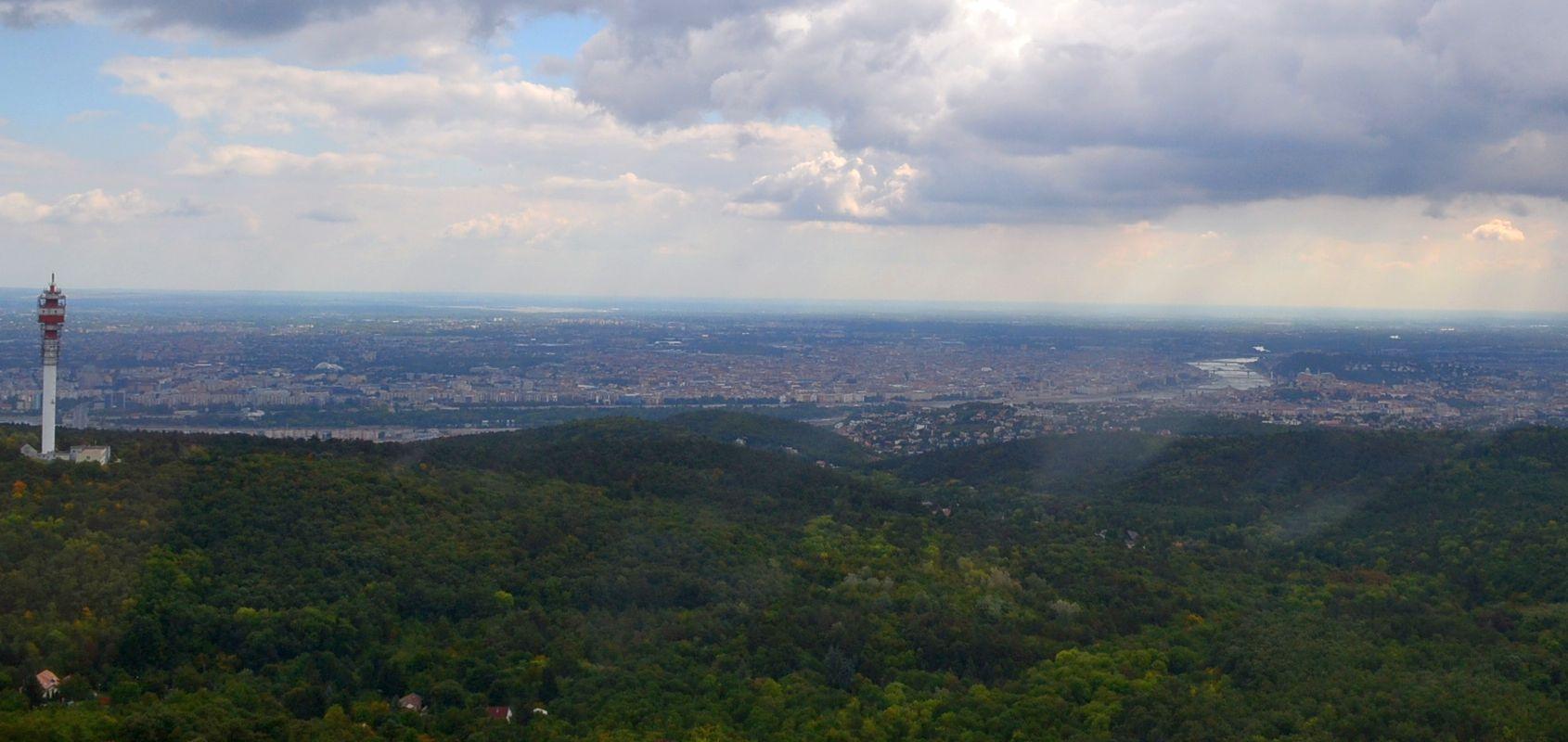 A hegyek mögött ott a város