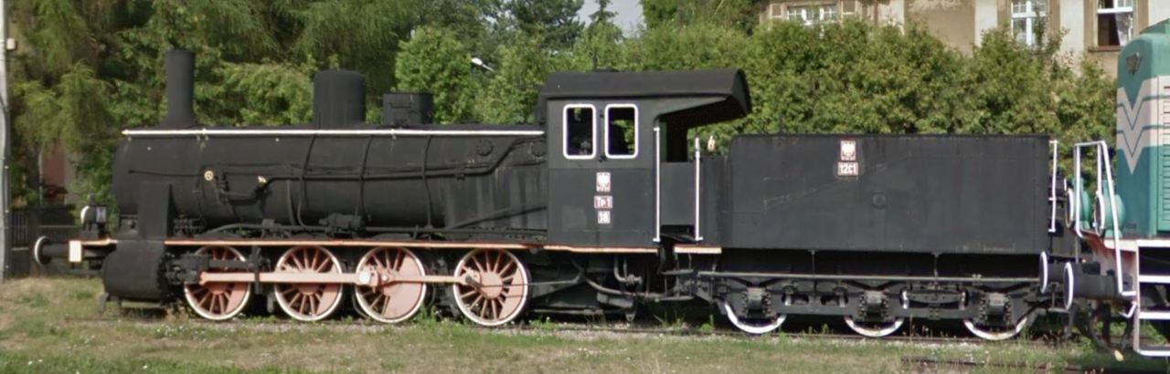 """A PKP Tp1-18"""" pályaszámú mozdonya a Tarnowskie Góryban lévő technikusi iskolánál a Google Street View-ban is látható"""