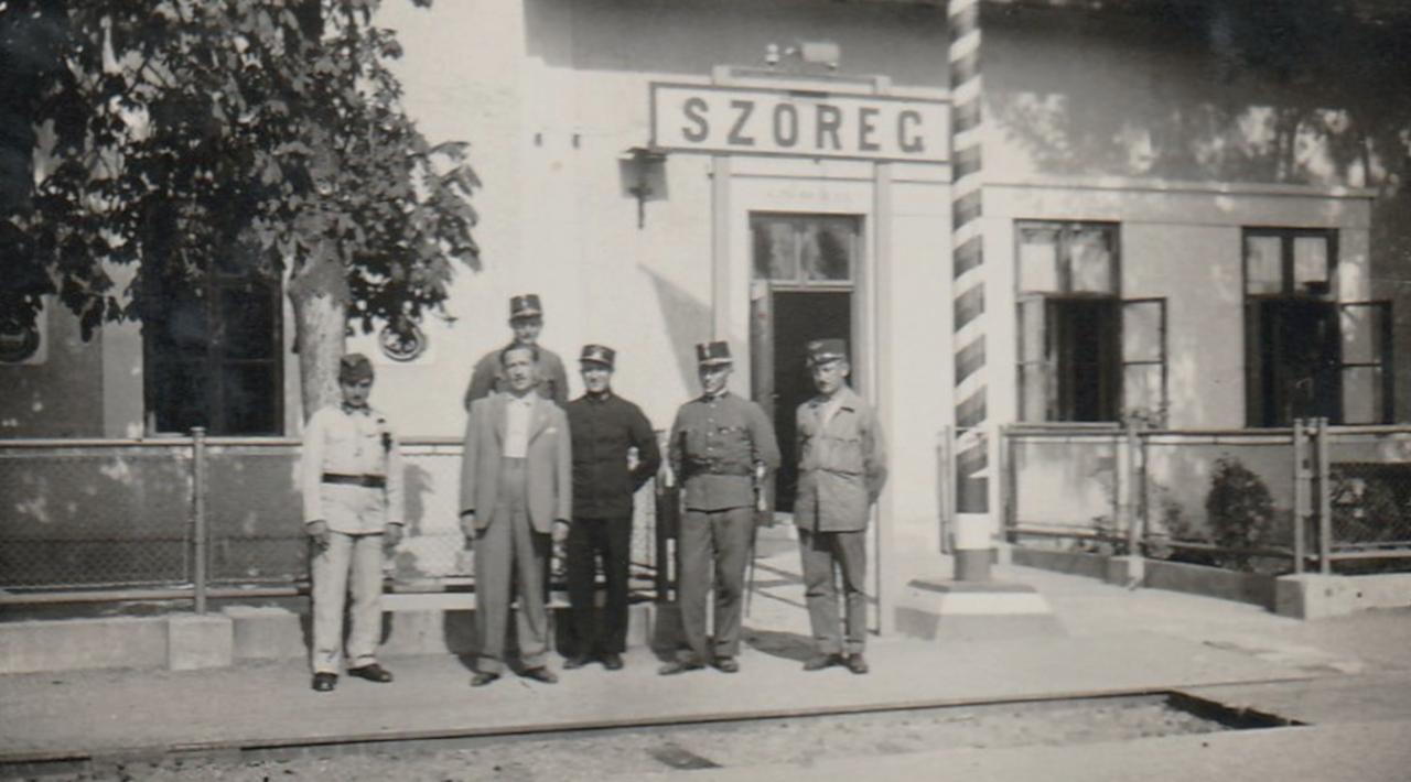 A civil és az egyenruhások: csoportkép Szőreg vasútállomásról (fotó: Bicók Mihályné Franciska gyűjteményéből)