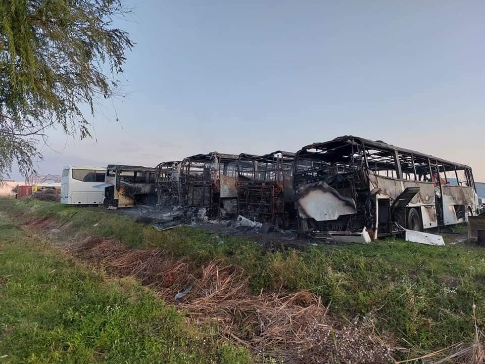 A tűzeset során hét busz vázig égett (képek forrása: Délegyháza Dunavarsány Önkéntes Tűzoltó Egyesület Facebook-oldala)