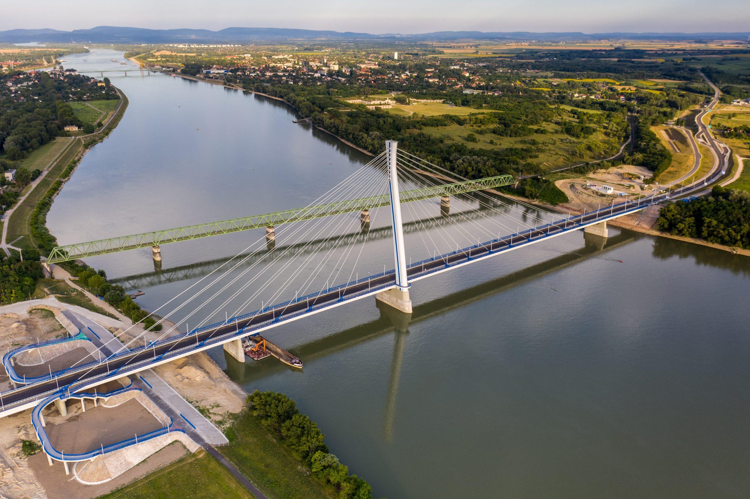 A Monostori híd jelentősen megkönnyíti a közlekedést Komárom és Révkomárom között. A képre kattinva galéria nyílik (fotók: NIF Zrt.)