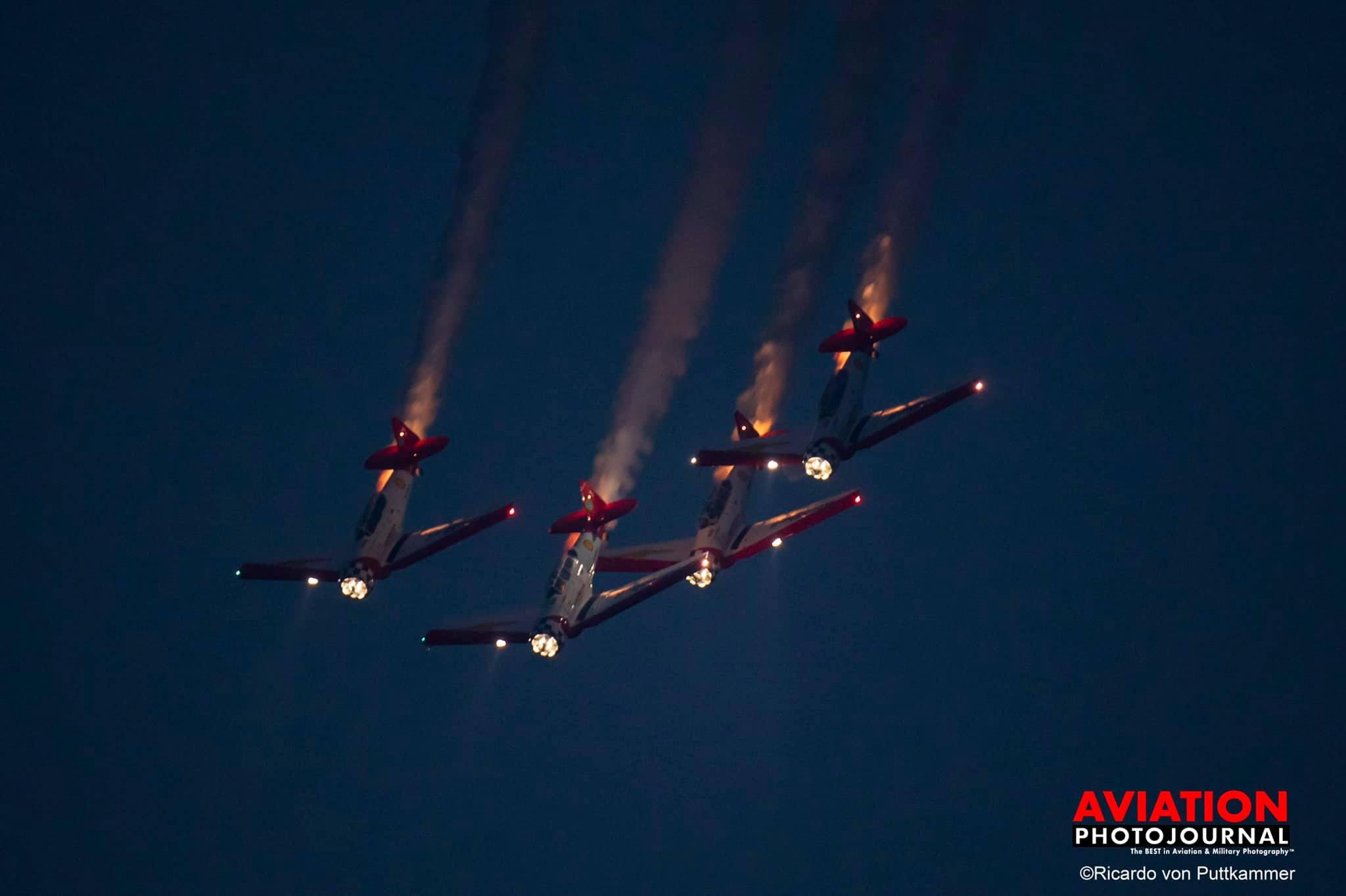 Az AirShell T6-os formáció éjszakai repülése