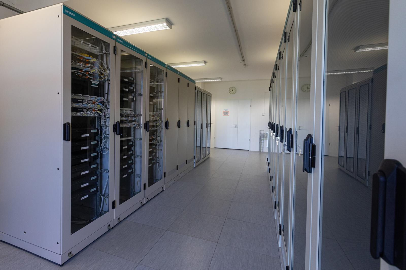 Üzembe helyezték az ETCS-rendszert Ferencváros és Székesfehérvár között. A rendszer többek között a pályára telepített érzékelők (balízok) adatait továbbítja a központoknak (képek forrása: NIF Zrt.)