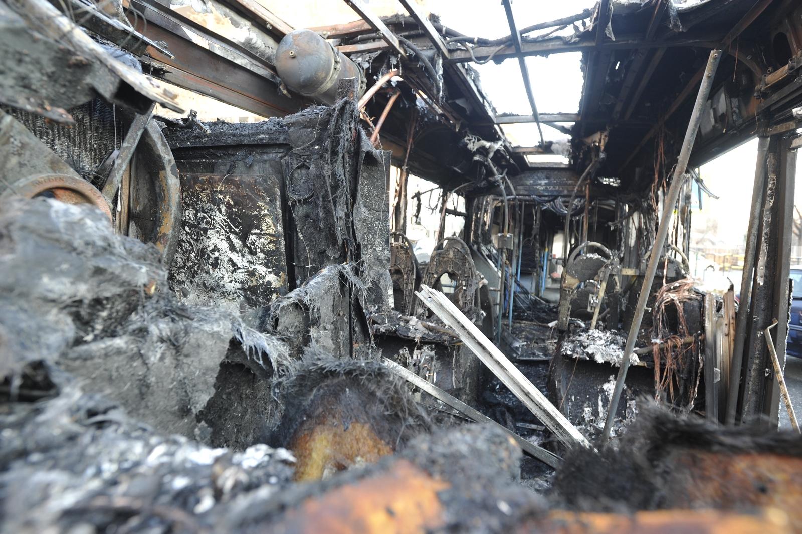 Az FJX-204 rendszámú Volvo hátsó része menthetetlenül, vázig leégett (fotók: Mihádák Zoltán/MTI)