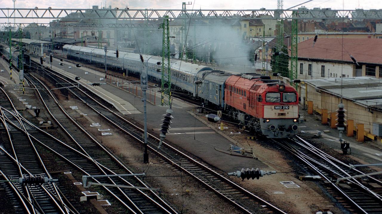 2002 húsvétvasárnapján, egy héttel az országgyűlési választás előtt tekintélyes hosszúságú intercityvonat indul Szombathely első vágányáról (fotó: Nagy Tamás)