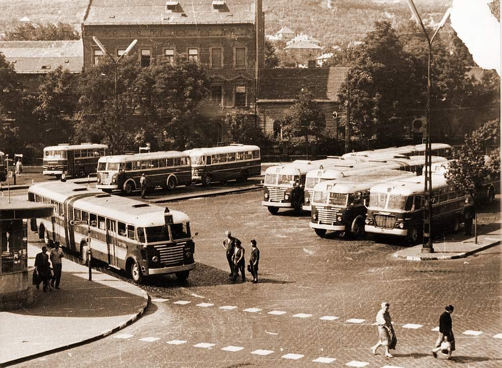 Először Ikarus 60-as és MÁVAG Tr 5-ös buszok összeolvasztásával hoztak össze csuklós kocsikat, majd később már csak Ikarus 60-as kocsikból (képek forrása: old-ikarus.hu)