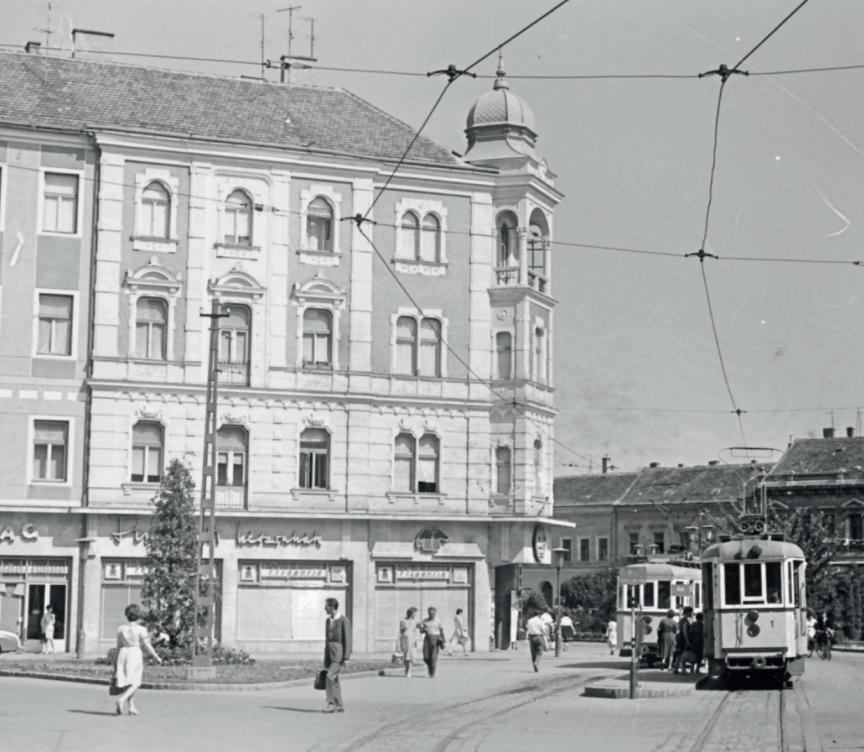 Az 1-es motorkocsi a Köztársaság téren (fotó: Fortepan, Szánthó Zoltán szívességéből)
