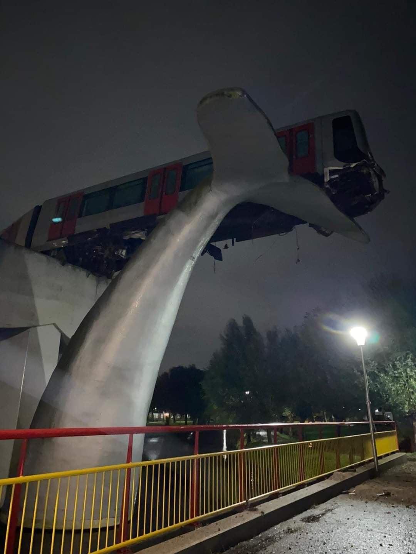 Az állomás végét jelző szobrok most valószínűleg emberéletet mentettek (képek forrása: Reddit.com)