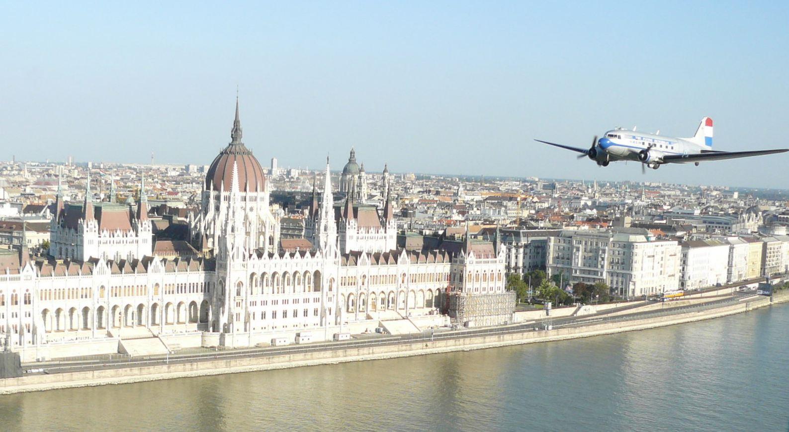 Az Air France-KLM DC-3-asa Budapest felett (fotó: iho.hu)