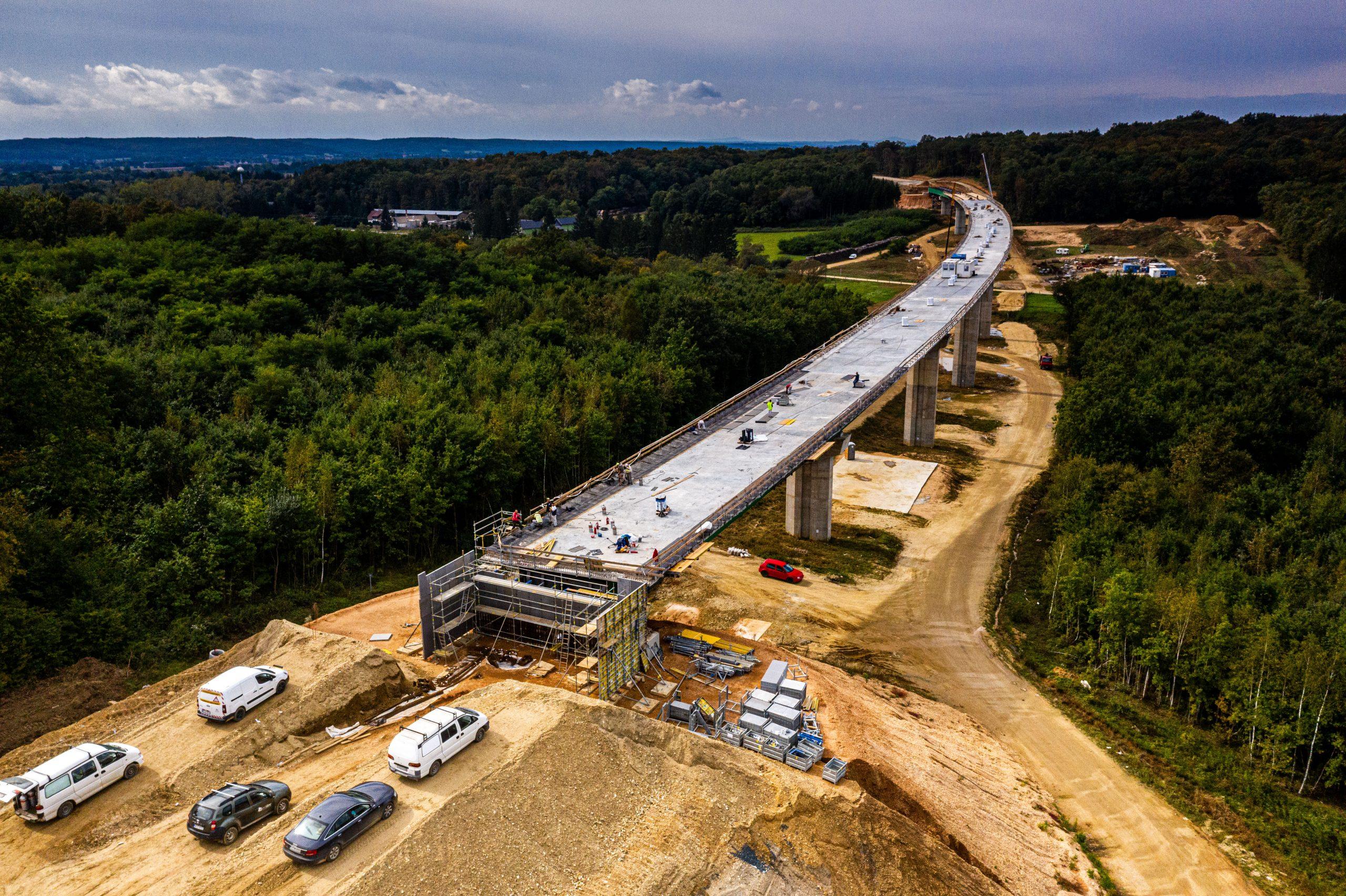 Halad az M8-as autóút építése. A képre kattintva galéria nyílik (fotók: NIF Zrt.)