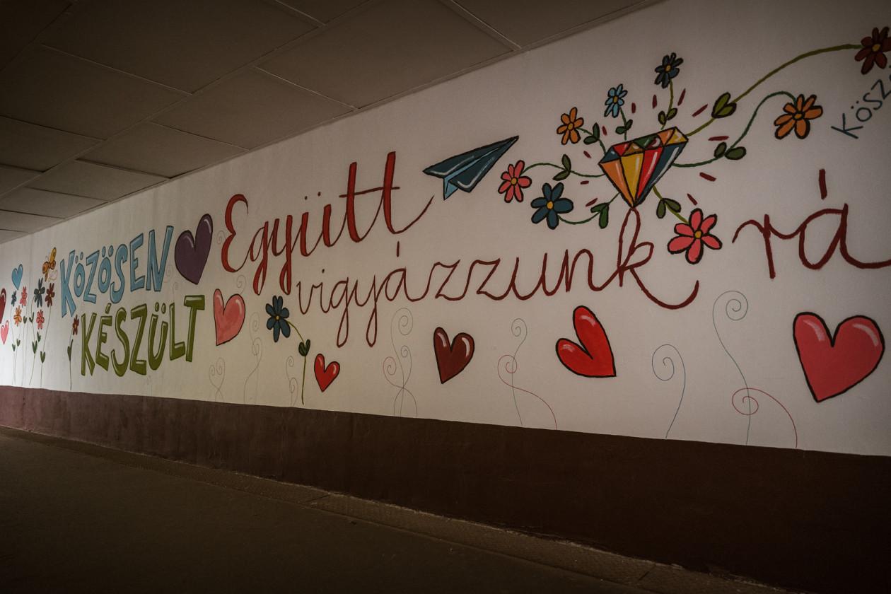 Önkéntesek rajzaival díszítették ki az albertirsai vasútállomást. A képre kattinva galéria nyílik (fotók: MÁV Zrt.)