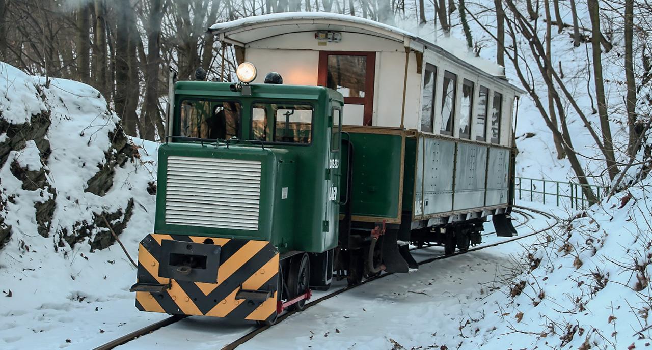 Az egyik megmaradt egykori szerencsi mozdony ma Miskolcon található, a Lillafüredi Állami Erdei Vasút trakciójának becses egyede. A B-26 sorozatú, rudazatos erőátvitelű mozdony annak a mintegy száz járműből álló kontingens utolsóként megmaradt példánya, amely vonógépek az 1950-es évek elején épültek a Szállítóberendezések Gyárában. A kismozdony 1952-től tizenhét évet szolgált Szerencsen, 1959-ig a gazdasági vasúton, majd a cukorgyár iparvasútján. Több évtizednyi szobrozás után érkezet Lillafüredre, felújítása 2006-ban fejeződöt be. Kis teljesítménye miat a hegyi pályás közlekedésre alkalmatlan, így csak különleges menetek parádéslova. Kenyeres Gábor felvétele 2009. február 20-án készült Lillafüreden