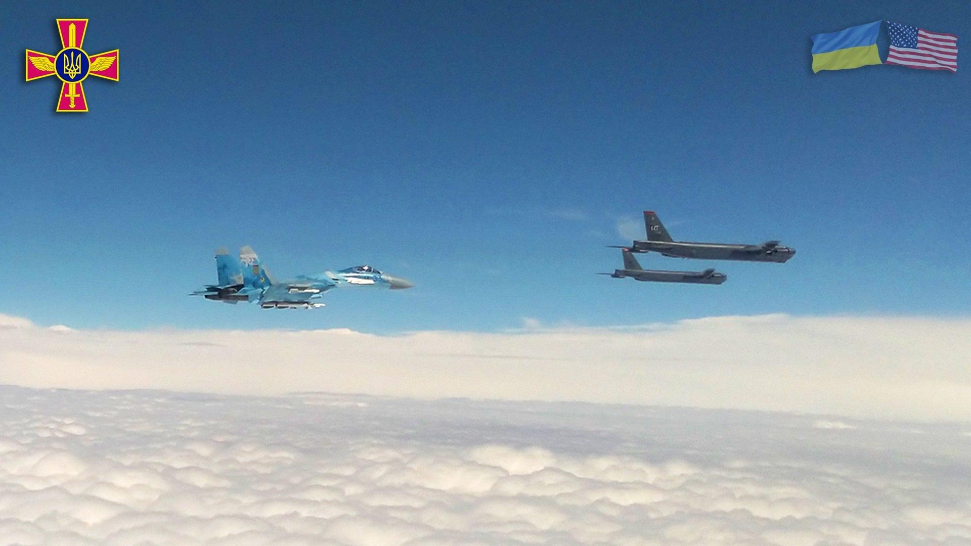 B-52-esek ukrán légtérben, ukrán kísérőkkel (fotók: Ukrán Védelmi Minisztérium, Facebook)